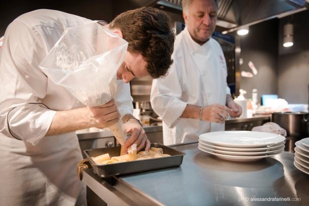 Xavier Sala, chef JRE del restaurante Café 1907 de Barcelona, preparando uno de sus platos