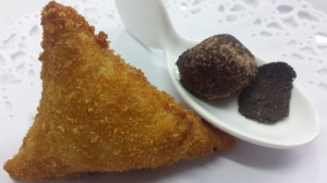 Casa Roque (Morella, Castellón) Croqueta morellana y cuchara de bombón de mus de pato, turrón, cacao y lámina de trufa