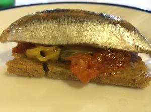 Mesón de Fuencarral (Madrid). Tosta de sardina en salazón con verduritas asadas
